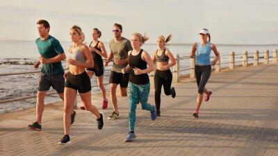 Quadro I giovani che corrono lungo Beach Boardwalk
