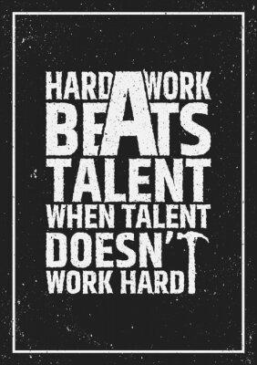 Quadro Il duro lavoro batte il talento motivazionale citazione stimolante sullo sfondo del grunge.