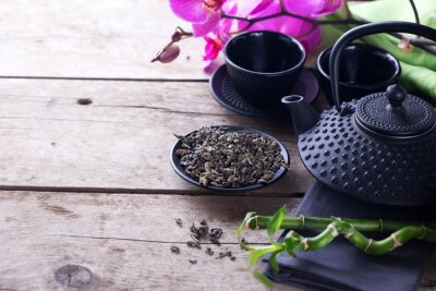 Quadro Il tè verde in una ciotola e tradizionale tè asiatico impostato sul legno invecchiato
