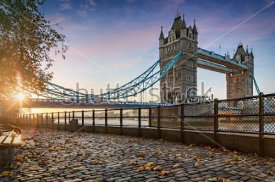 Quadro Il Tower Bridge a Londra, Regno Unito, durante un alba dorata