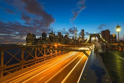 Quadro Il traffico sul ponte di Brooklyn a New York al crepuscolo