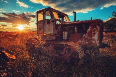Quadro Immagine HDR del vecchio trattore arrugginito in un campo. Colpo al tramonto