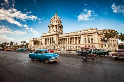 Quadro L'Avana, Cuba - 7 giugno 2011: giostre vecchio classico americano auto in f