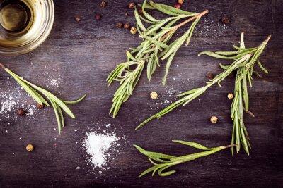 Quadro L'olio di oliva con rosmarino, pepe e sale. ingredienti mediterranei.