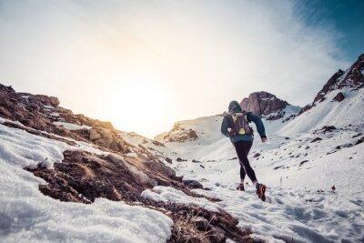 Quadro L'uomo in esecuzione sulla neve su una montagna