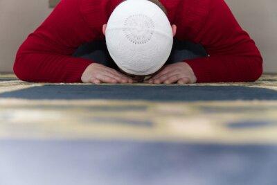 Quadro L'uomo musulmano sta pregando nella moschea