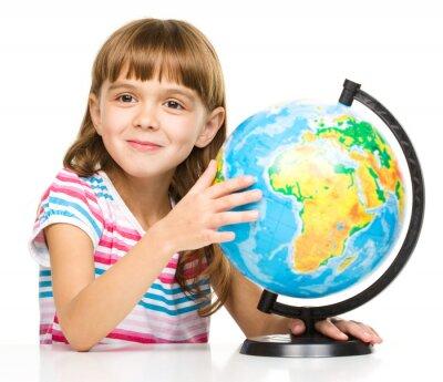 Quadro La bambina sta esaminando mondo