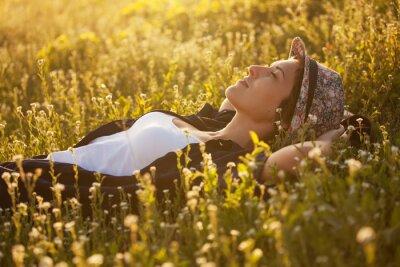 Quadro La ragazza in un dremet cappello tra i fiori