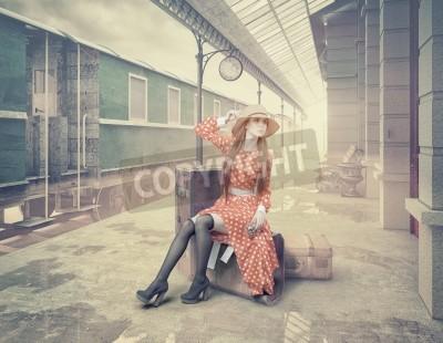 Quadro La ragazza seduta sulla valigia in attesa della stazione ferroviaria retrò. Stile delle carte di colore dell'annata