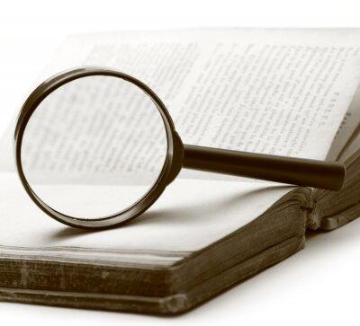 Quadro Lente d'ingrandimento e vecchio libro sullo sfondo bianco