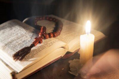 Quadro libro sacro e croce su uno sfondo di legno