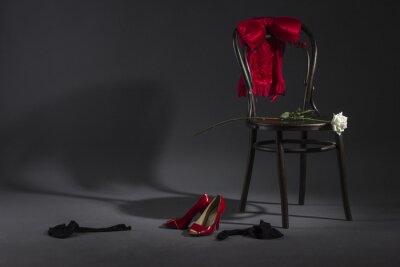 Quadro Lingerie sexy, scarpe e una rosa bianca su una sedia retrò.