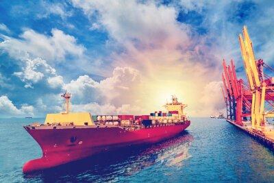 Quadro Logistica e trasporto di container internazionale Nave da carico con porti ponte di gru nel porto per l'industria di sfondo e trasporto esportazione import export. Colore vintage.