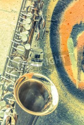 Quadro Lone vecchio sassofono si appoggia contro il muro di mattoni al di fuori jazz club abbandonato
