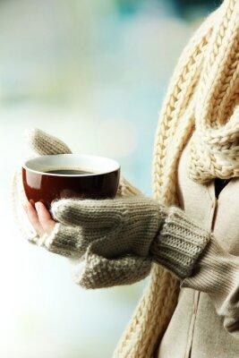 Quadro Mani femminili con bevanda calda, su sfondo chiaro