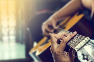 Quadro mano dell'uomo in chitarra classica