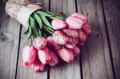 Quadro Mazzo di tulipani rosa rosa primavera sulla vecchia tavola di legno vintage, copyspace