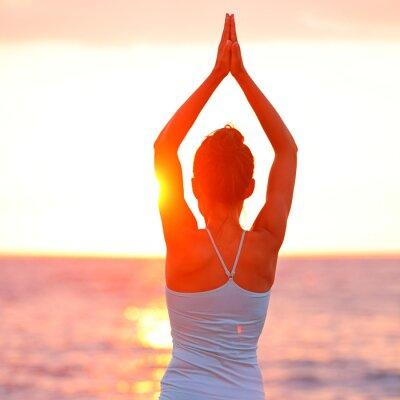 Quadro Meditazione Yoga donna meditando sulla spiaggia al tramonto