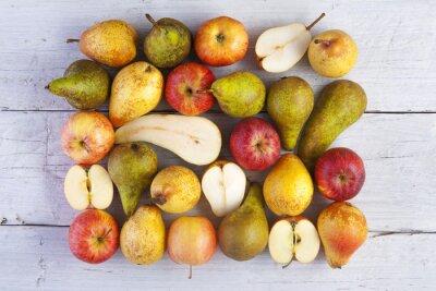 Quadro mele e pere intere e colpo dimezzato dall'alto su bianco tavole di legno