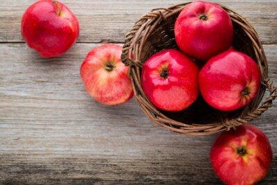 Quadro mele rosse mature su fondo in legno.