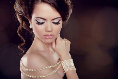 Quadro Moda donna con una collana di perle sulle spalle Bared