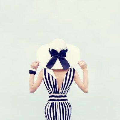 Quadro moda ritratto di una bella ragazza in vacanza