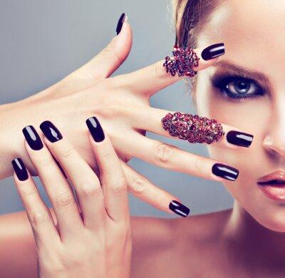 Quadro Modello biondo con manicure bordeaux
