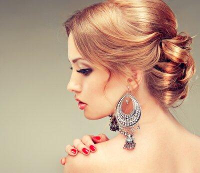 Quadro Modello con le unghie rosse e un taglio di capelli carino