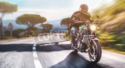Quadro moto sulla guida della strada. divertendosi guidando la strada vuota su un giro in motocicletta. copyspace per il tuo testo individuale.