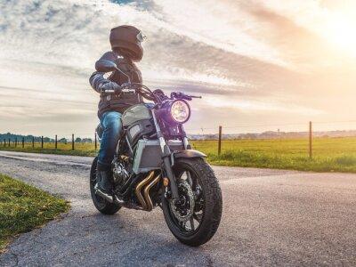 Quadro moto sulla guida su strada. divertirsi in sella alla strada vuota su un tour in moto / viaggio