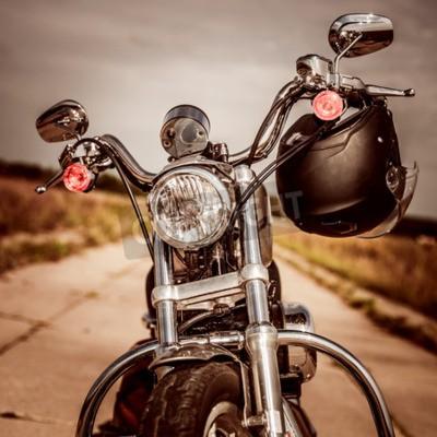 Quadro Moto sulla strada con un casco sul manubrio.