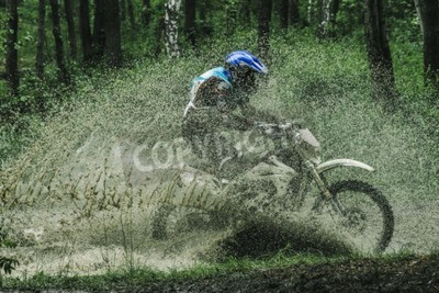 Quadro Motocross bike crossing creek, acqua spruzzando in concorrenza