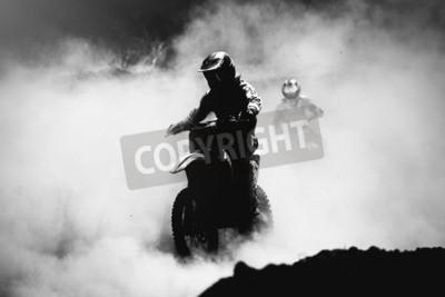Quadro Motocross racer accelerando in traccia di polvere, in bianco e nero, foto ad alto contrasto