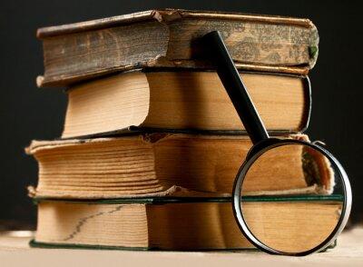 Quadro Mucchio di vecchi libri con la lente d'ingrandimento