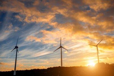 Quadro mulini a vento elettrici sullo sfondo del cielo sul tramonto
