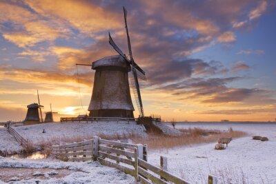 Quadro Mulini a vento olandesi tradizionali in inverno a sunrise