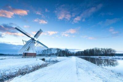 Quadro mulino a vento olandese in inverno neve
