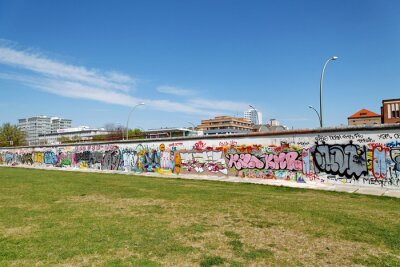 Quadro Mur et pelouse verte. Berlino.