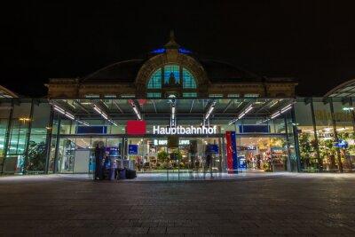 Quadro Nachtaufnahme des Bahnhofes a Halle Saale