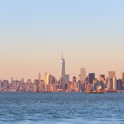 Quadro New York City skyline di downtown Manhattan al tramonto, con grattacieli illuminati sul fiume Hudson panorama. Piazza composizione, copia spazio.