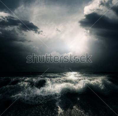 Quadro Nubi di tempesta scure ed enormi onde su un mare