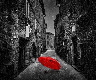 Quadro Ombrello sulla strada buia in una vecchia città italiane in Toscana, Italia. Raining.
