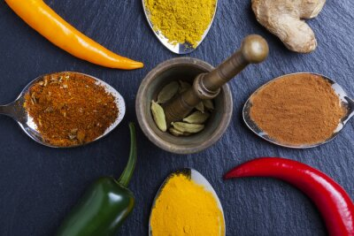 Quadro orientali spezie Indian Curry noce moscata paprika su ardesia