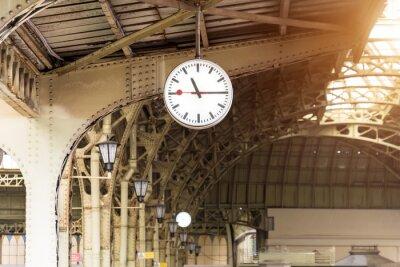 Quadro Orologio d'epoca sulla stazione ferroviaria con tetto di costruzione.