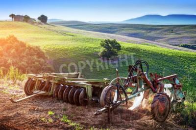Quadro Paesaggio toscano all'alba. Retro, vecchie macchine agricole sulle colline toscane. Italia