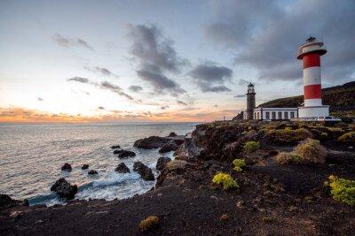 Quadro paesaggio vulcanico con faro vicino fabbrica sale Fuencaliente sull'isola di La Palma in Spagna