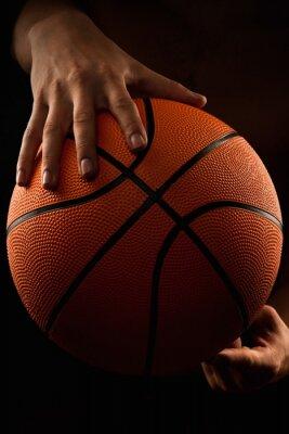 Quadro palla da basket nelle mani degli uomini