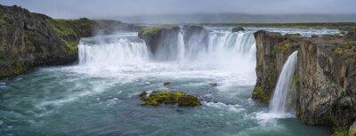 Quadro panorama della cascata con nubi in Islanda