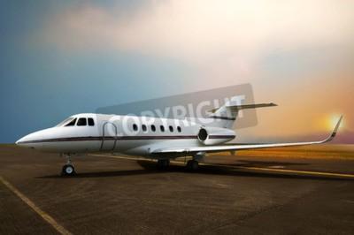 Quadro Parcheggio dell'aereo jet privato all'aeroporto. Con lo sfondo del tramonto