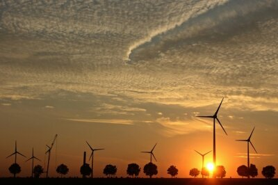Quadro Parco eolico in costruzione al tramonto con Cirrocumuluswolken